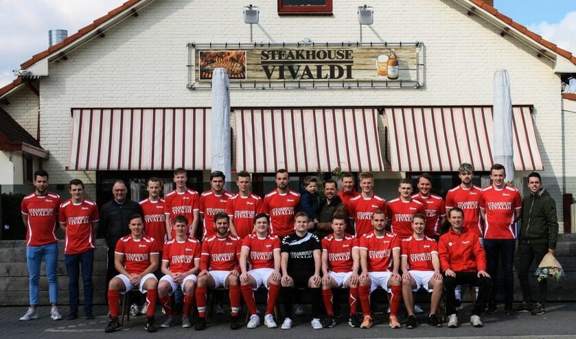 AZSV H4 en H9 poseren met Kevin Wiggers voor shirtsponsor steakhouse Vivaldi. Foto: Mirte van Schepen