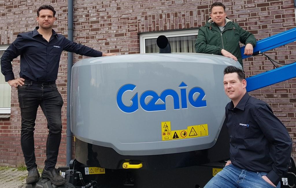 Nando Schutten (links), Wesley Helmers (zittend) en Luc Nijhuis op materieel dat ingezet gaat worden bij Beltrumse evenementen. Foto: Henri Walterbos  © Achterhoek Nieuws b.v.