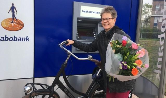 Mevrouw Van Wessel kreeg vrijdag tot haar grote verrassing een bos bloemen bij het pinnen. Foto: PR