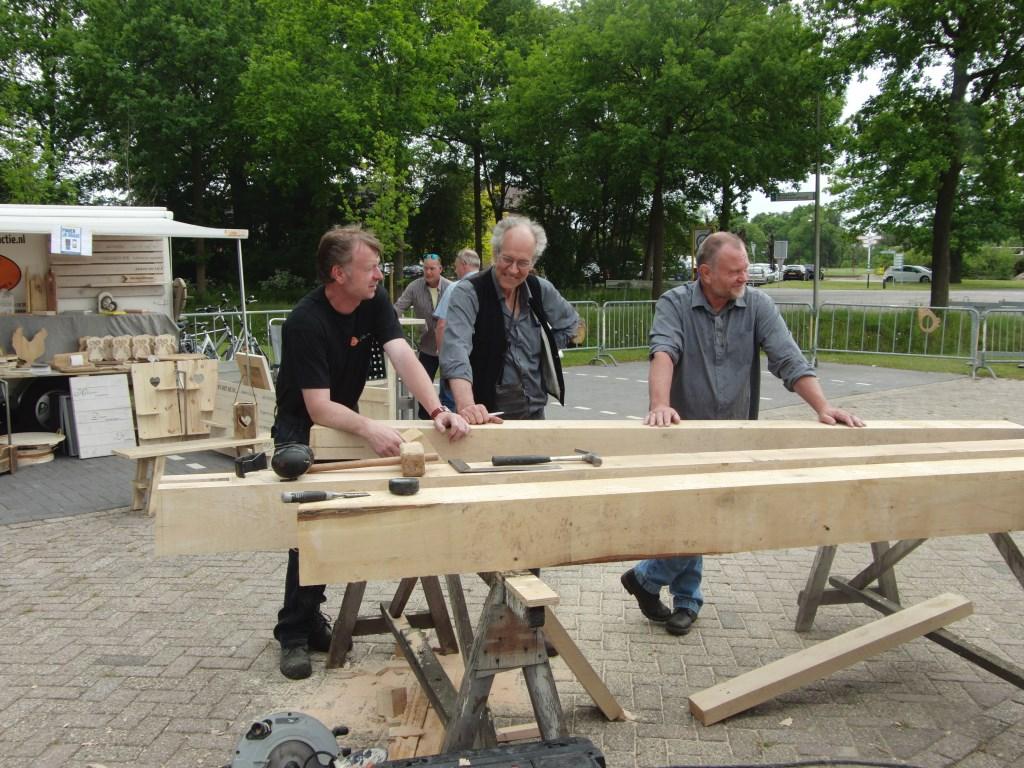 Stevige balken voor de bouw werden vroeger ook met de hand bewerkt. Foto: PR  © Achterhoek Nieuws b.v.