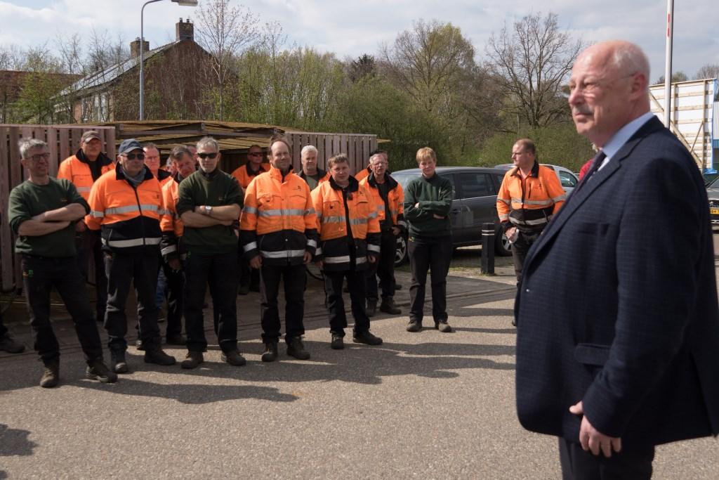 Wethouder Martin Veldhuizen spreekt de aanwezigen toe. Foto: Marcel te Brake  © Achterhoek Nieuws b.v.