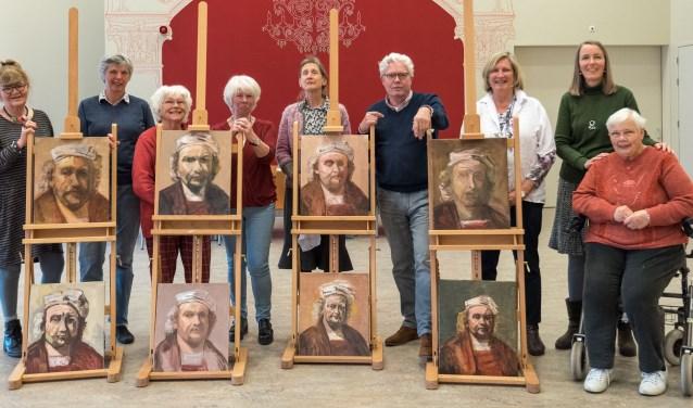 Een groep Rembrandt-schilders met hun zelfportret. Foto: Louis Swart