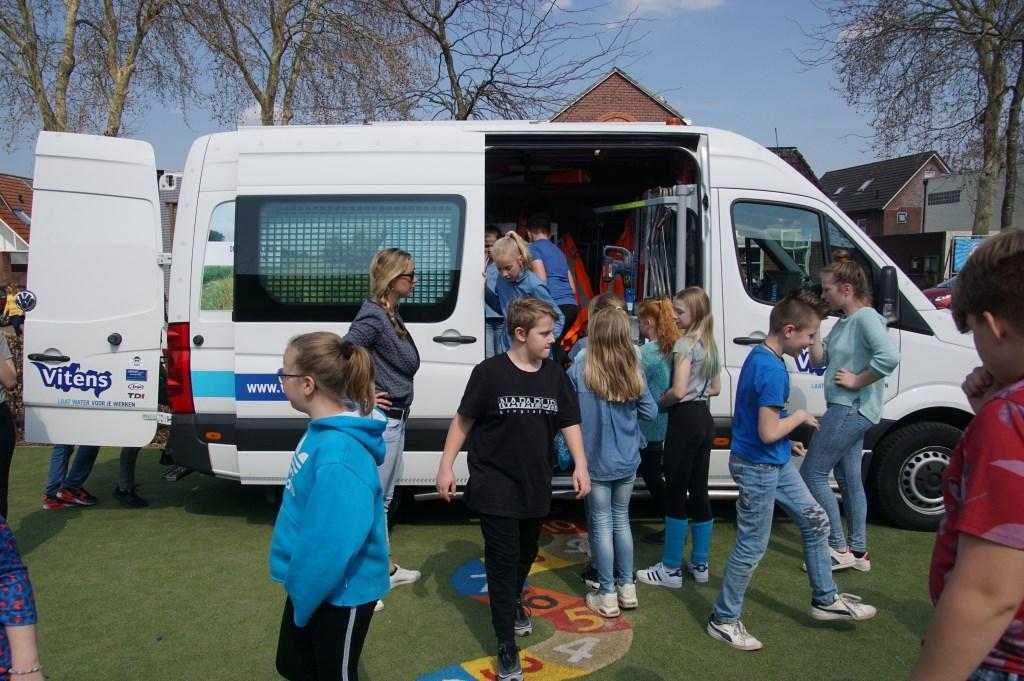 De kinderen vinden het leuk om de Vitensbus van binnen te bekijken. Foto: Frank Vinkenvleugel  © Achterhoek Nieuws b.v.