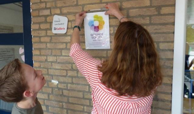 Het mag aan de muur: De Hoeksteen is een Gezonde School. Foto: PR