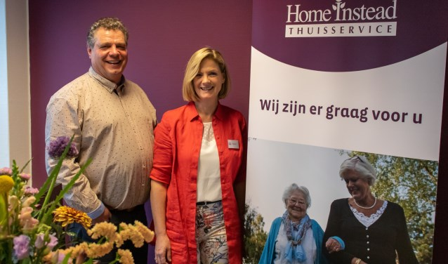 Eric van Putten en Doret Geutjes openen de vestiging van Home Instead in Groenlo. Foto: Jaap Eijsker