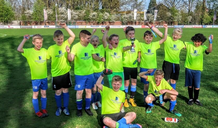 De jongens van basisschool Rozengaardsweide kwamen na een spannende strijd als winnaar uit de bus. Foto: Luuk Stam
