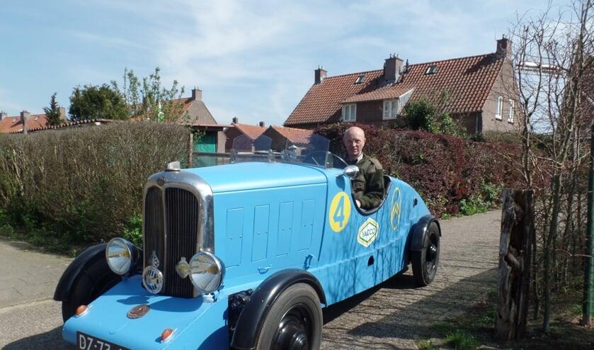 Joop Groot Nuelend met zijn blauwe 'La Petite Rosalie'. Foto: Jan Hendriksen.