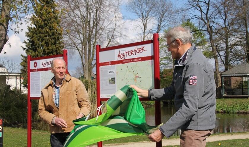 Onthulling van de Droebelroute door Anton Stortelder (links) en Harry Spekschoor. Foto: Kyra Broshuis
