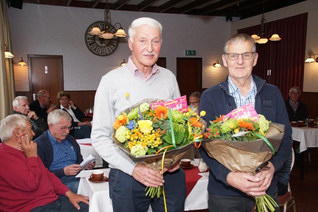 Wim Ruesink (links) en Jan Veldhuis ontvingen een attentie bij hun afscheid als drager. Foto: Frank Vinkenvleugel  © Achterhoek Nieuws b.v.