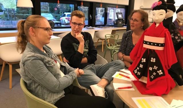 Heleen Rooks van de werkgroep ontwerpers in gesprek met twee jonge, aanstormende talenten.Foto: PR Bloemencorso