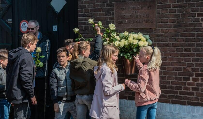 Zo'n 75 mensen kwamen samen met kinderen van de Theo Thijssenschool, naar de smalle Kruisstraat nummer 7. Foto: Henk Derksen