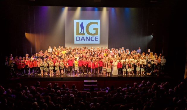 Het podium stond aardig vol met alle LG-dansers. Foto: PR