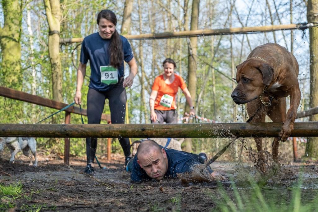 Honden en hun baasjes nemen de hindernissen ieder op geheel eigen wijze. Foto: Burry van den Brink Foto:  © Achterhoek Nieuws b.v.