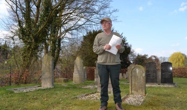 Bertus Hengeveld op de Joodse begraafplaats in Dinxperlo. Foto: Karin Stronks