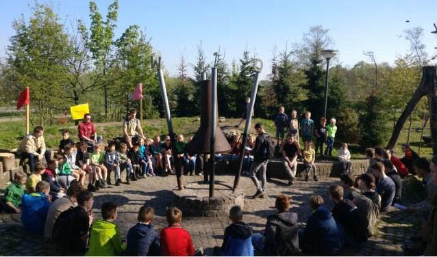 Opening van de Sint-Jorisdag rondom de kampvuurcirkel. Foto: Bernardusgroep
