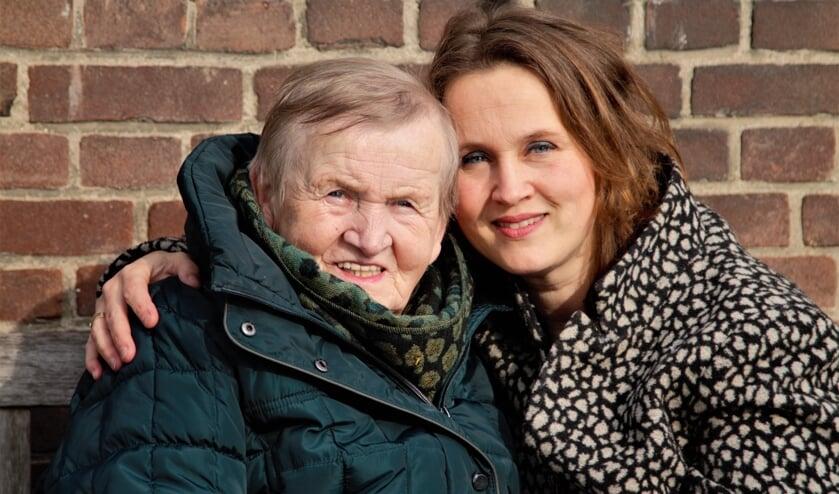 Foto: Haidy Jansen en haar moeder. Foto: Erika Klein Kranenbarg – Mensenmens Fotografie