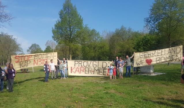 Spandoeken vormen de aftrap van het burgerinitiatief tegen de bomenkap langs provinciale wegen. Foto: Kyra Broshuis