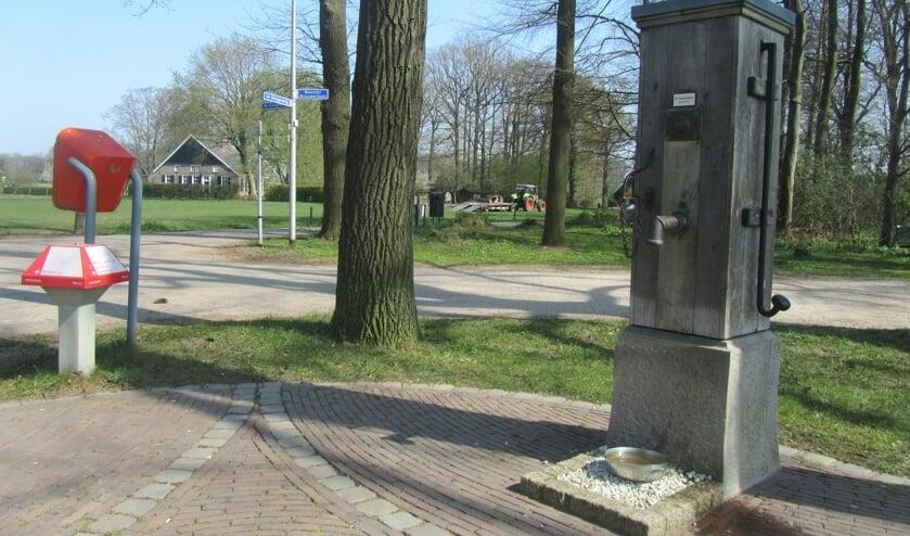 Pomp, brievenbus en ANWB-paddenstoel. Foto: Bernhard Harfsterkamp