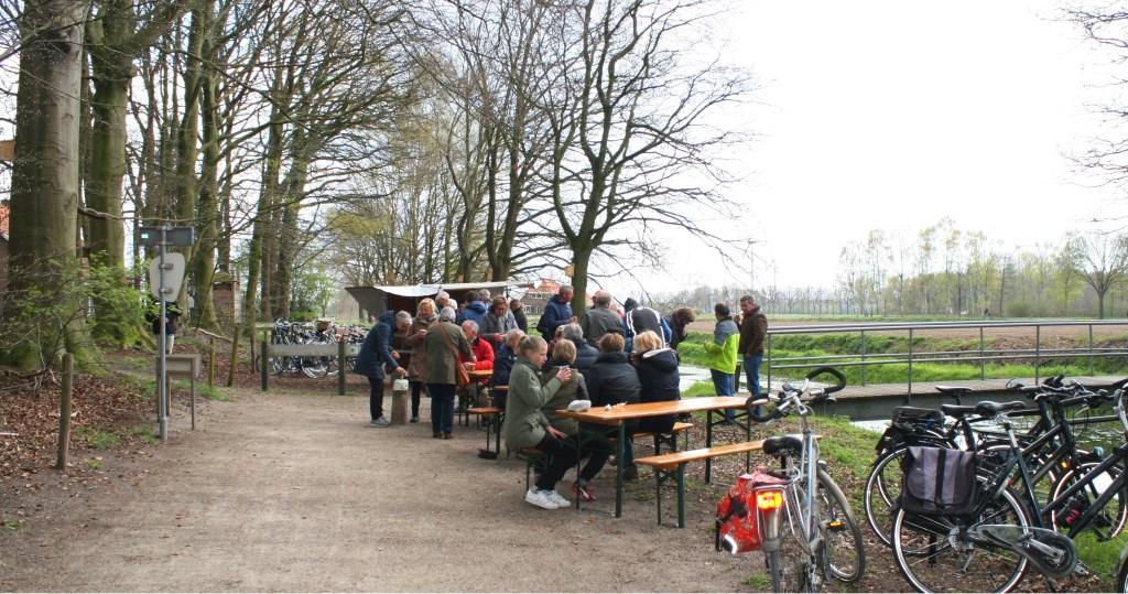 Lunchplek onderweg. Voor de genodigden was er koek en koffie. Foto: Dinès Quist  © Achterhoek Nieuws b.v.