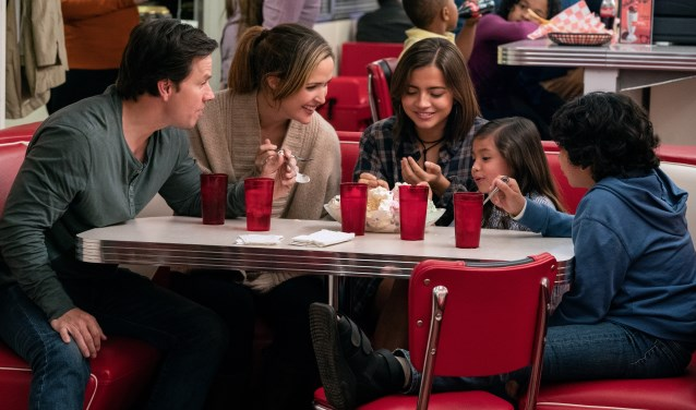 Scène uit de film 'Instand family' met Isabela Moner, Gustavo Quiroz, Julianna Gamiz, Mark Wahlberg and Rose Byrne. Foto: Hopper Stone