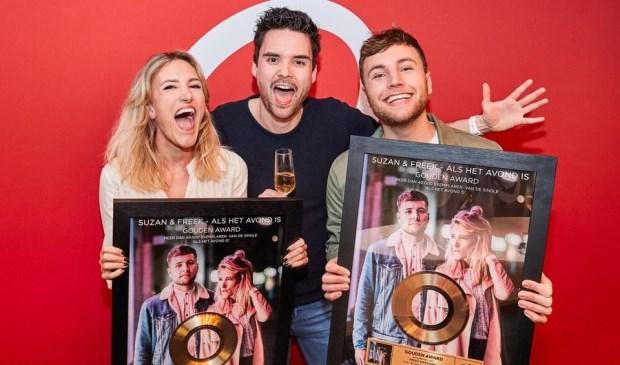 Suzan & Freek krijgen uit handen van Q Music-dj Domien Verschuuren een gouden plaat voor 40.000 verkochte singles van 'Als het avond is'. Foto: PR