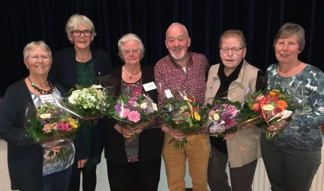 Jubilerende vrijwilligers (v.l.n.r.) Wieke Maalderink, Wil Bosvelt, Hetty en Tonny van Lieshout, Hennie Wijnbergen en Lucie Kleine Koerkamp. Jubilaris Dick van Slooten ontbreekt op de foto. Foto: PR