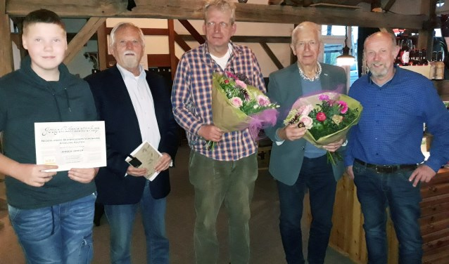 Jeugdlid Jeroen Jonker, (Nathan Posthumus niet op de ze foto) Bert Berghoef, voorzitter van de landelijke NBV, Kees Buurke en Karel Beernink, de jubilarissen en Gerard te Hennepe, voorzitter van NBV afdeling Aalten. Foto: PR