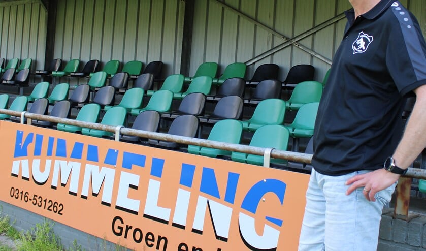 Trainer Frank Burgers op het hoofdveld van Sportpark De Meikamer. Foto: John van der Kamp