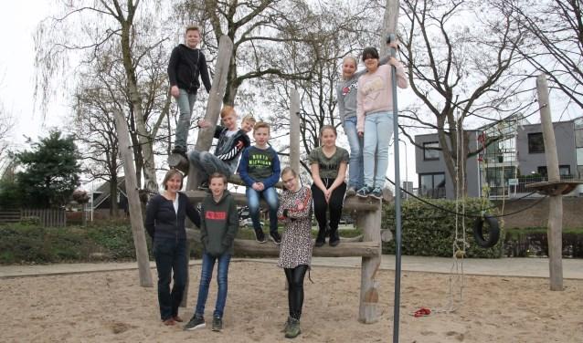 Gusta Marneth met de kinderen die meewerken aan de Passion Achterhoek. Op de foto ontbreekt Jasmijn. Foto: Annekée Cuppers
