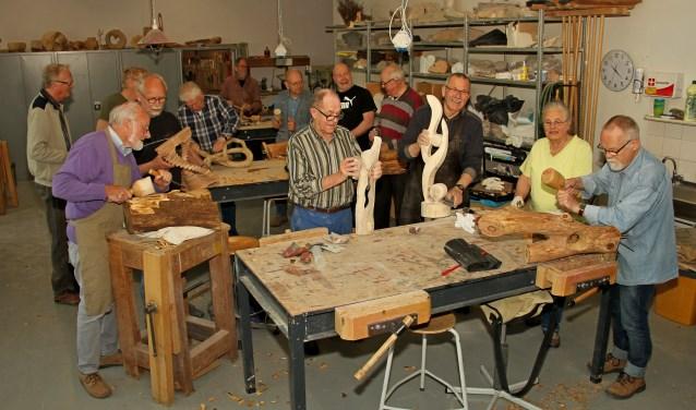 Beeldhouwers aan het werk in het atelier bij De Gruitpoort in Doetinchem. Foto: Liesbeth Spaansen