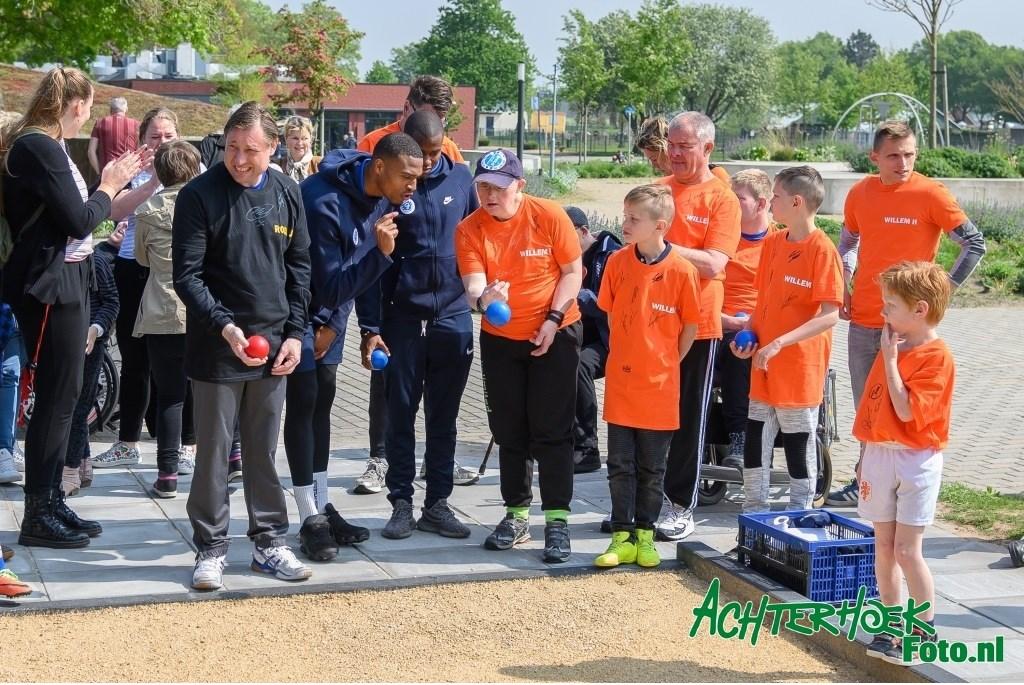 Er werd natuurlijk gevoetbald, maar ook andere spellen gedaan, met aanwijzingen en aanmoedigingen van de Graafschap-voetballers. Foto: Achterhoek Foto/Henk den Brok  © Achterhoek Nieuws b.v.