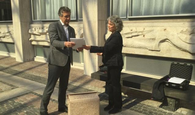 Petra Sips heeft vorige week het burgerinitiatiefvoorstel 'Stop bomenkap langs N-wegen in Gelderland' aan de griffier van Provinciale Staten Gelderland overhandigd, samen met 1.823 ondersteuningsverklaringen. Foto: PR