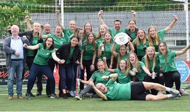 Dames 1 in hun kampioenshirts. Foto: Gerard Derksen