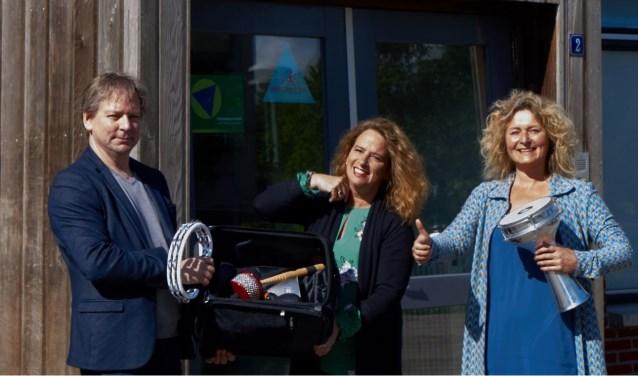 Medewerkers van het Educatiepunt en de directeur van kindcentrum Lea Dasberg met lesmaterialen om te delen.  Foto: Yneke Vollemans