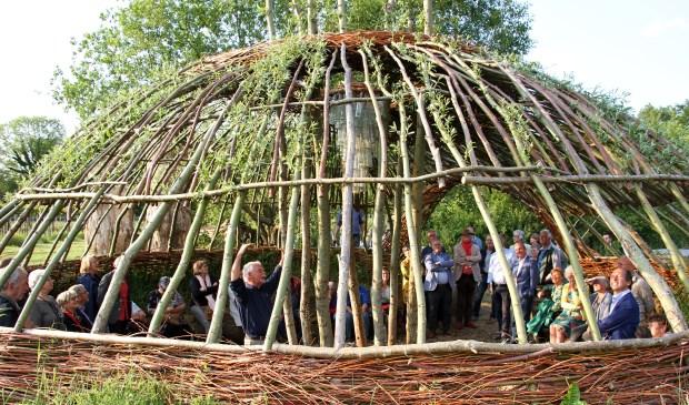 Henk Takken opent de kunst4daagse Bronckhorst met het ontsteken van een kampvuur. Foto: Liesbeth Spaansen