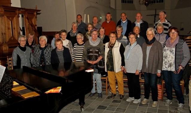 Christelijk Gemengd Koor Steenrewalt onder leiding van Lucian Venderink (m). Foto: Liesbeth Spaansen