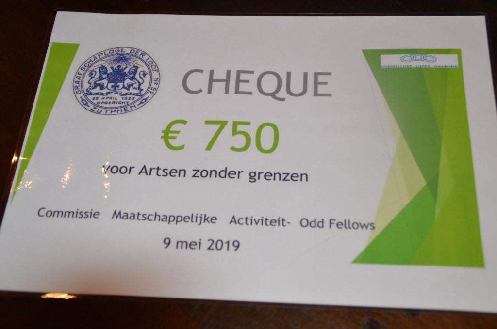 De cheque voor Artsen zonder Grenzen. Foto: Henk Visscher   © Achterhoek Nieuws b.v.