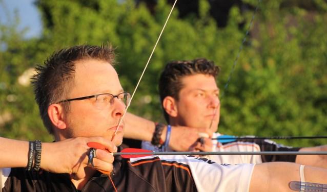 Mike Reukers (links) en Pascal trainen voor de recordpoging handboogschieten. Foto: Annekée Cuppers