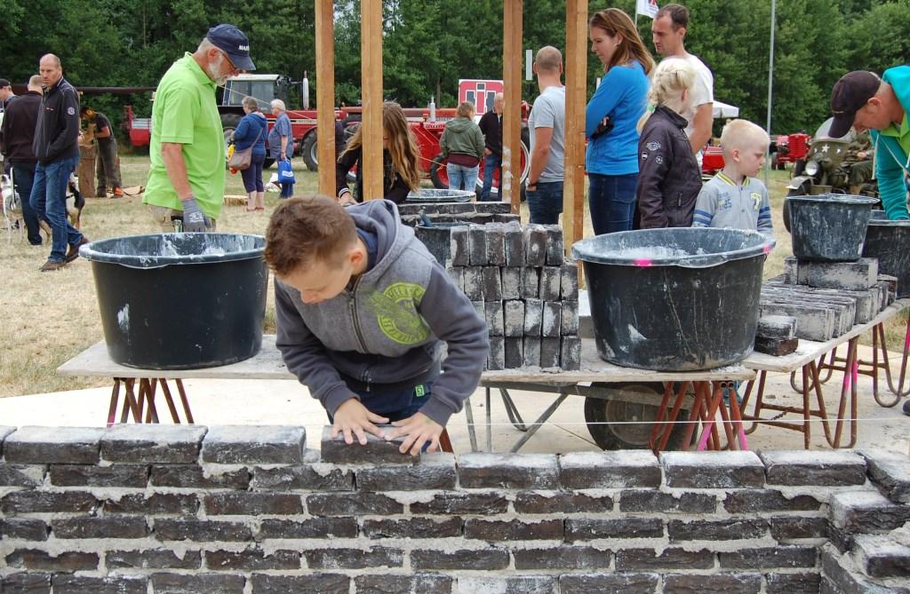 Kinderen mogen zelf metselen. Foto: PR  © Achterhoek Nieuws b.v.