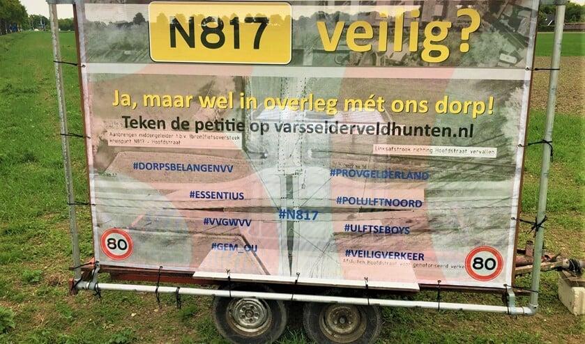 VDVV heeft protestbord laten maken en afgelopen week geplaatst aan begin Hoofdstraat.  Foto: PR Vereniging Dorpsbelangen Varsselder-Veldhunten