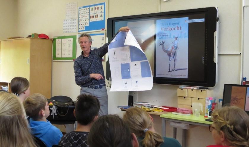 Kinderboekenschrijver Hans Hagen boeit kinderen van basisschool Octa met zijn verhalen. Foto: Josée Gruwel
