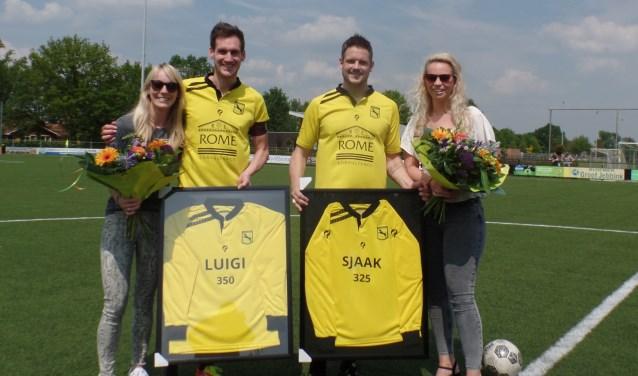 Koen en Linda Hoijtink (links) en Niek en Esther Sprukkelhorst met de aangeboden shirts. Foto: Jan Hendriksen,