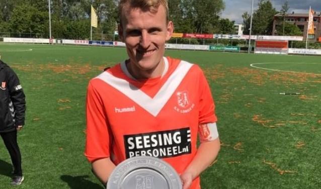 Freek Heinsbroek met kampioensschaal. Foto: PR Foto:  © Achterhoek Nieuws b.v.