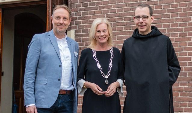 V.l.n.r.: Ds. Ronald Heins, burgemeester Annemieke Vermeulen, monnik en theoloog Thomas Quartier. Foto: Henk Derksen