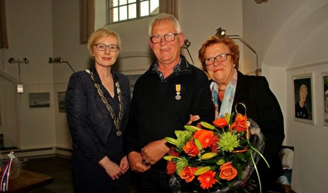 Burgemeester Besselink feliciteerde de gedecoreerde Hans Klompenhouwer en zijn vrouw Ali. Foto: Liesbeth Spaansen