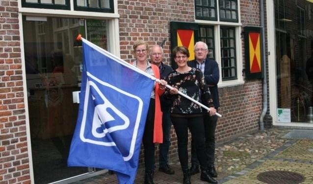 Nu de VVV-vlag weer wappert aan de Hofstraat in Borculo kan iedereen daar ook weer de bekende VVV-bonnen kopen. Foto: Wytske Folkertsma