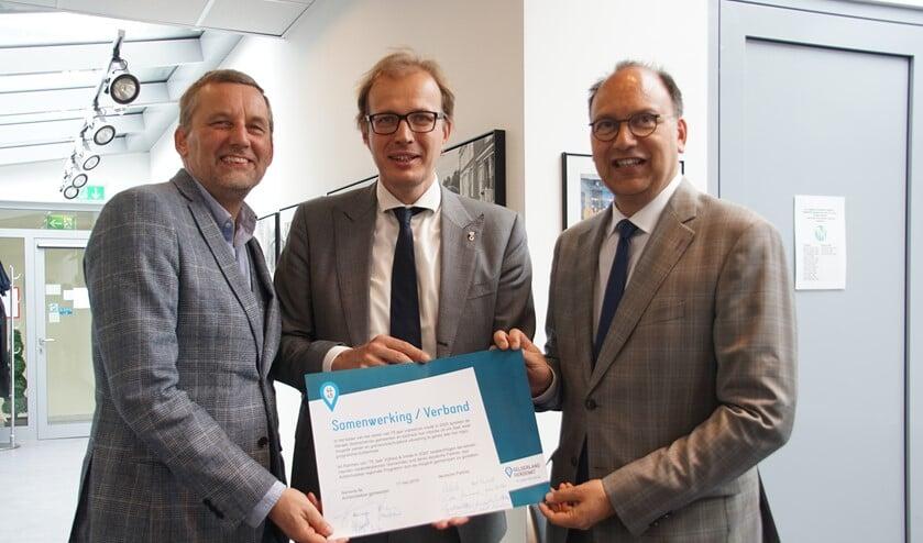 De 'kartrekkers', van links af burgemeester Stapelkamp, burgemeester Boumans en burgemeester De Baat. Foto: Frank Vinkenvleugel