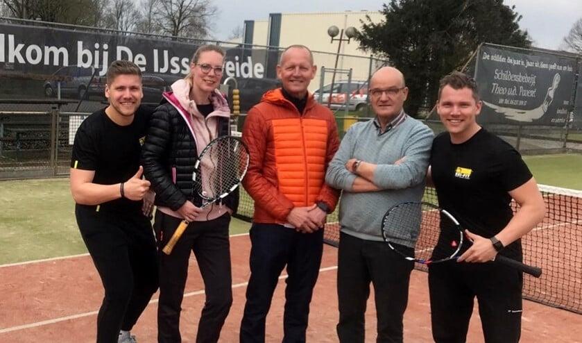 Op de banen van LTC De IJsselweide: Dennis Tenten, Sonja Arentsen, Henk Klein Hesselink, Jos Brom en Tim Tenten. Foto: PR