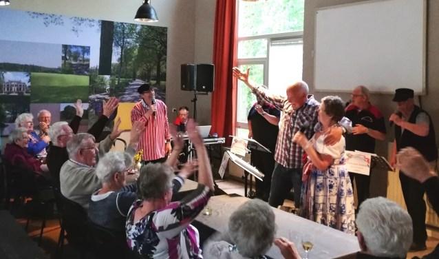 'Alleen maar Hollands' maakt er een feestje van in Buurthuis Varssel. Foto: PR
