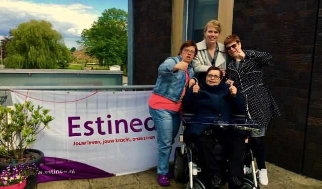 Links: Stefanie, midden staand: Mariska, zittend: Regien en rechts: Sylvia. Foto: Geert Claassen